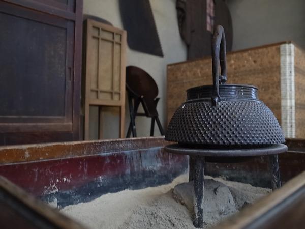 囲炉裏で待ちながら